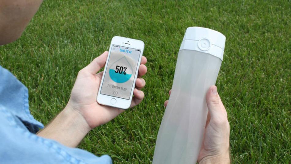 飲むべきタイミングを教えてくれる!?水分不足を光で知らせてくれる水筒とは?