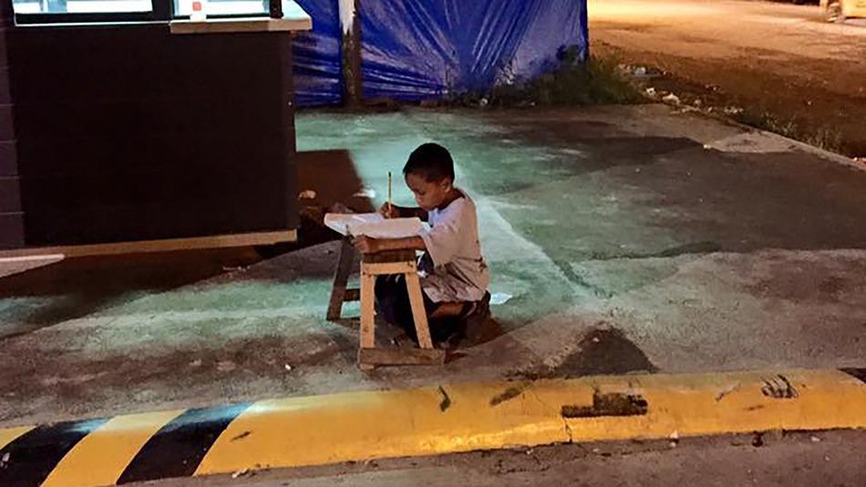 """SNSの威力!?路上で勉強していた男の子が""""奨学金""""や""""制服""""を受け取ったきっかけとは。"""