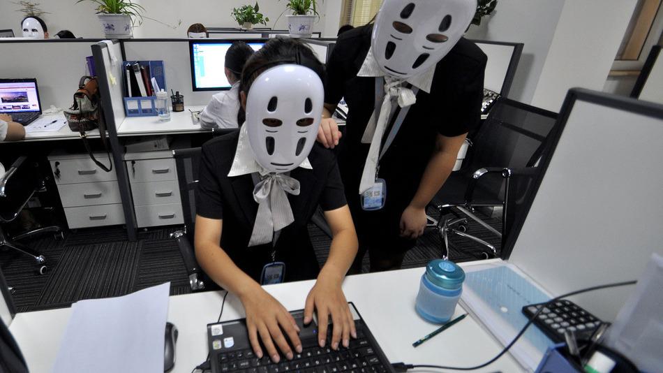 中国の会社で実施された「顔なしデー」。目的は上下関係を緩和させるためだった!