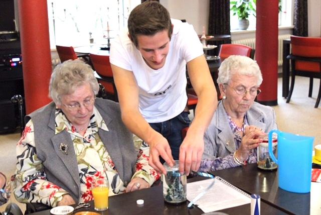 """オランダでは、学生はたった一つの条件で老人ホームに""""無料""""で宿泊できる。"""