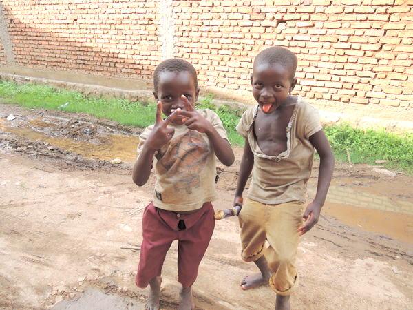 ブルンジの人口の半分以上を15歳以下の子どもが占めています-001