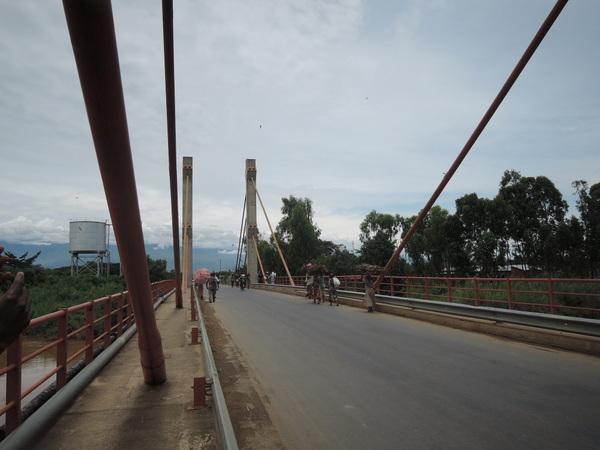 Gatumbaを隔てる川と橋